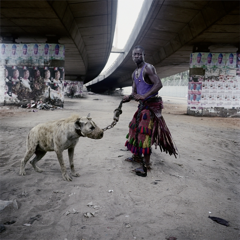 "Pieter Hugo: ABDULLAHI MOHAMMED WITH MAINASARA, LAGOS, NIGERIA, AUS DER SERIE ""THE HYENA & OTHER MEN"", 2005-2007"